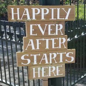 Etekst bord happily ever after starts here