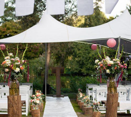 bloemstuk-pilaar-peach-burgundy-koraal-roze-bruiloft-bloemen-stylist-styling-aankleding-kampen-ijsselmuiden-zwolle-dronten